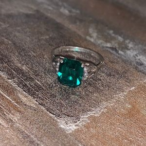 SARAHCOVENTRY SILVEREMERALDCUT GREENSOLITAIRE RING